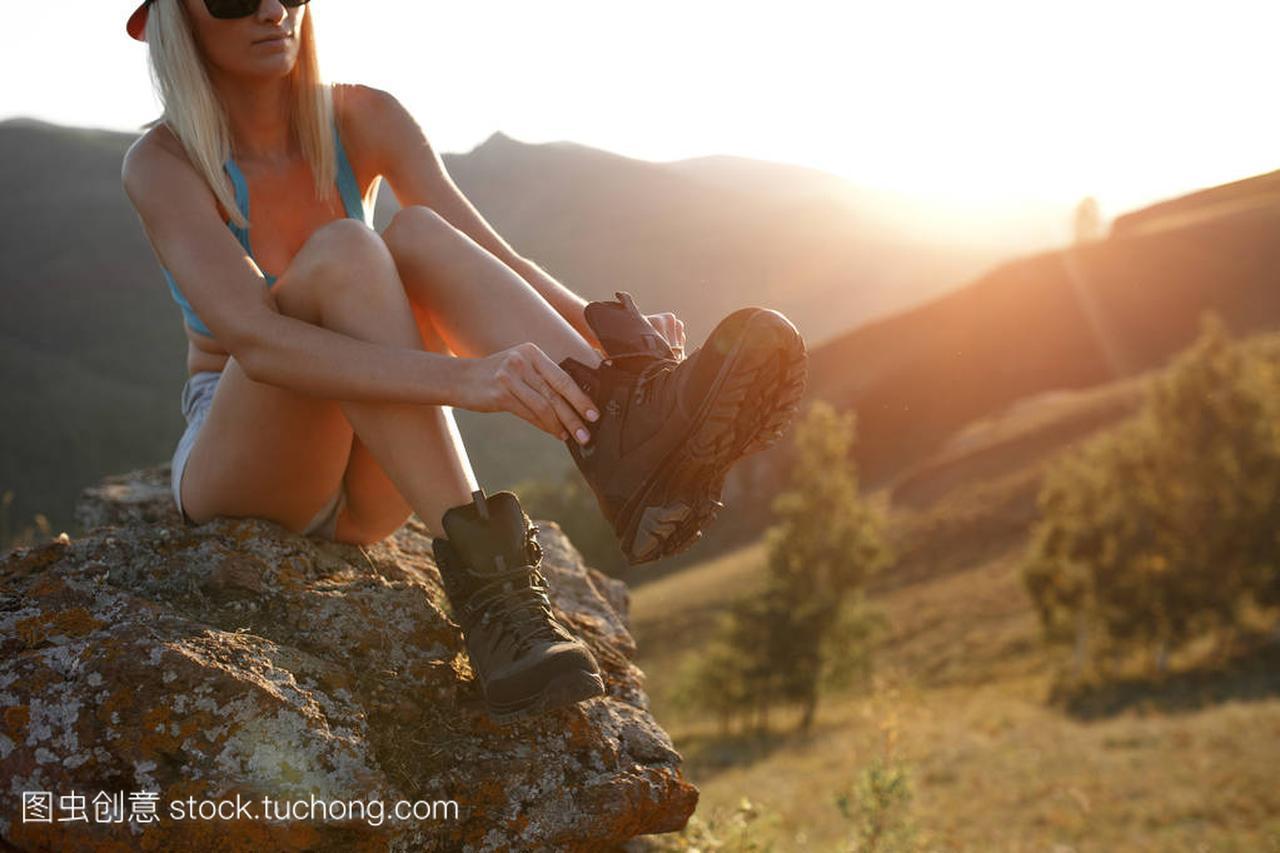 女生v女生穿鞋划伤室外的手指上。图片坐在女孩特写石头图片