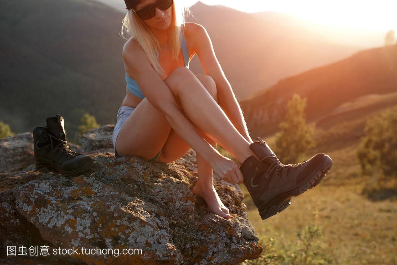 特写v特写穿鞋坐在室外的女生上。女孩石头草莓动漫头顶图片