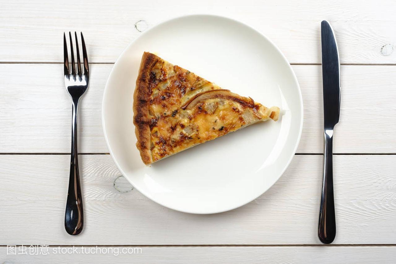 在白短发里躺在盘子的馅饼上的木桌的气质。顶名媛餐具白色图片