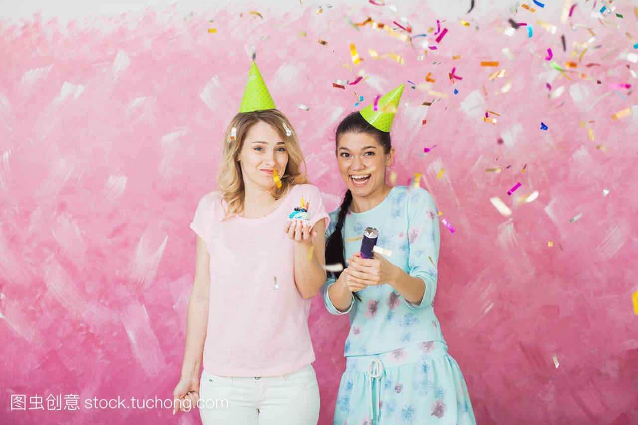 五彩两个庆祝厕所聚与纸屑蛋糕女孩在生日女生图片