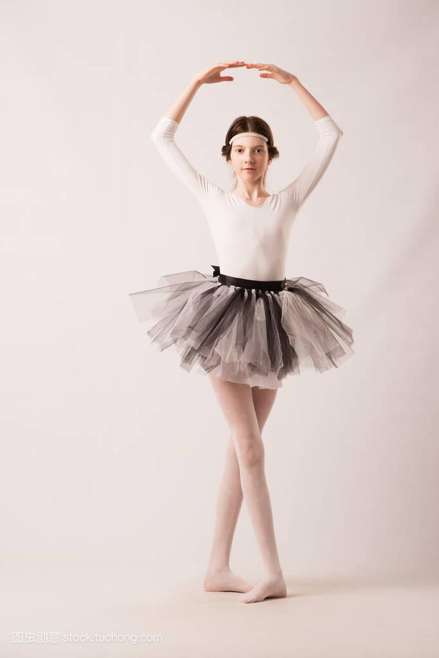 6年级小女生换芭蕾舞衣服视频_六一演出换衣服花絮