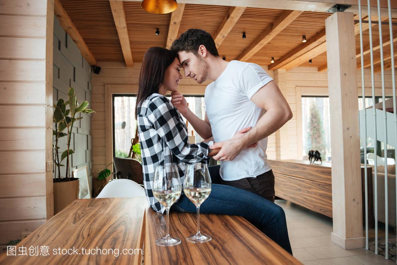 男人坐在1她的桌子震美女床旁边的女人上图片