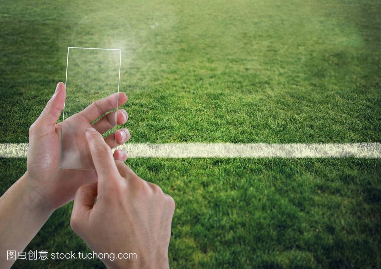 用手抚摸体育球场上的玻璃屏幕龙舟尾巴图片