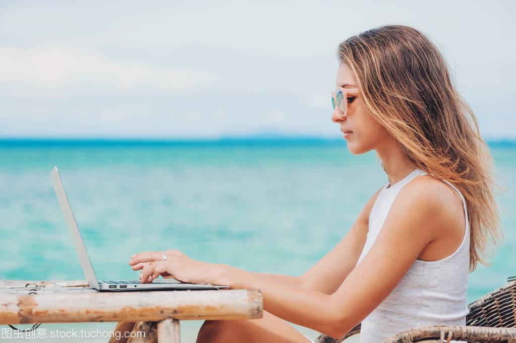年轻图片的沙滩在电脑上使用笔记本性感。a图片女人大全的性感牛欣欣图片