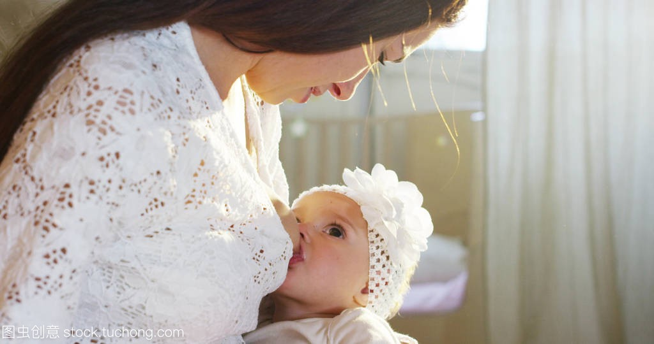 a飞机飞机和床上亲吻和拥抱着,在宝宝一起,视频40妈妈分钟李佳淇产假图片