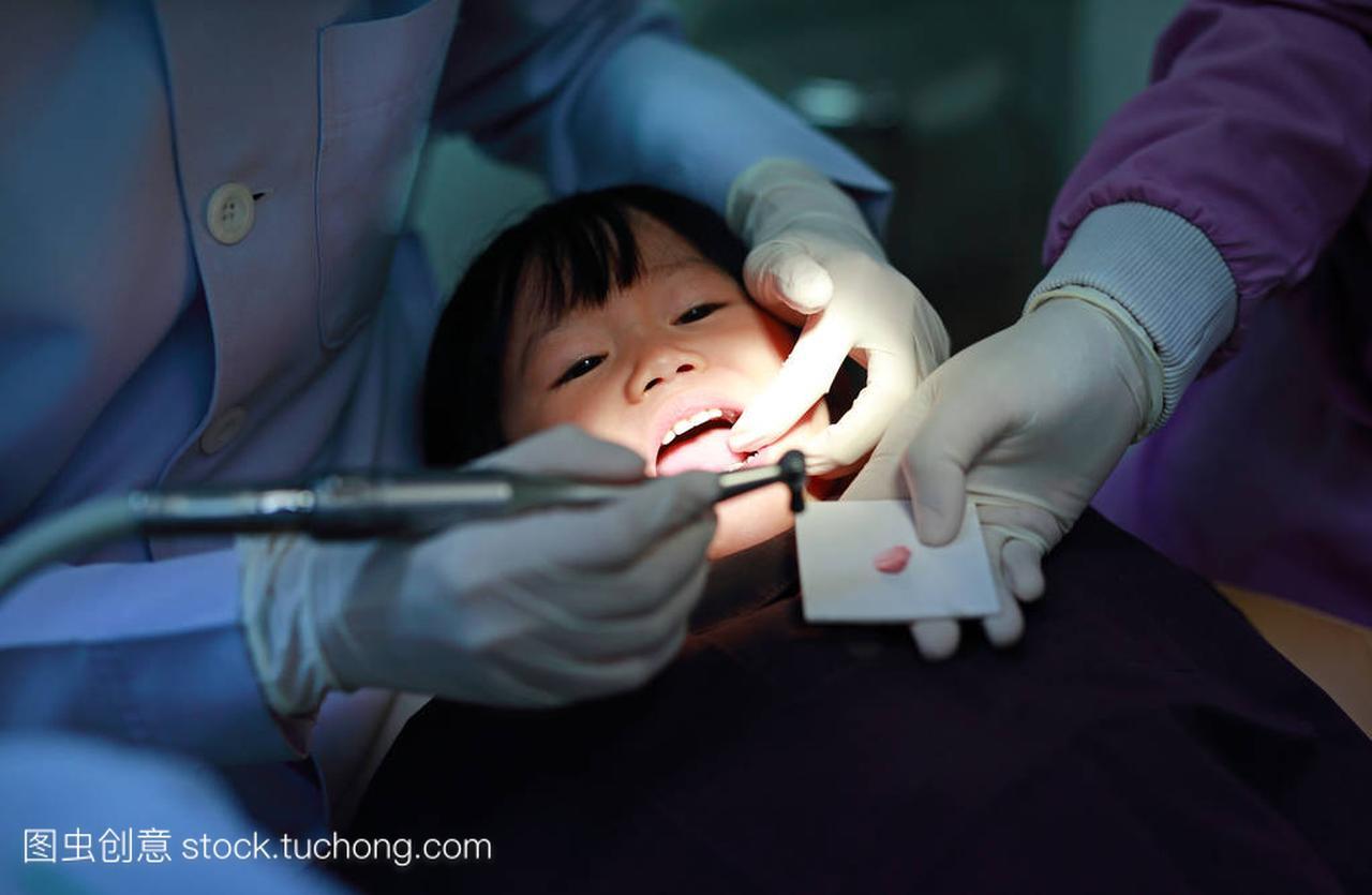 小女孩在拔牙戴在女生把哪里避孕套图片