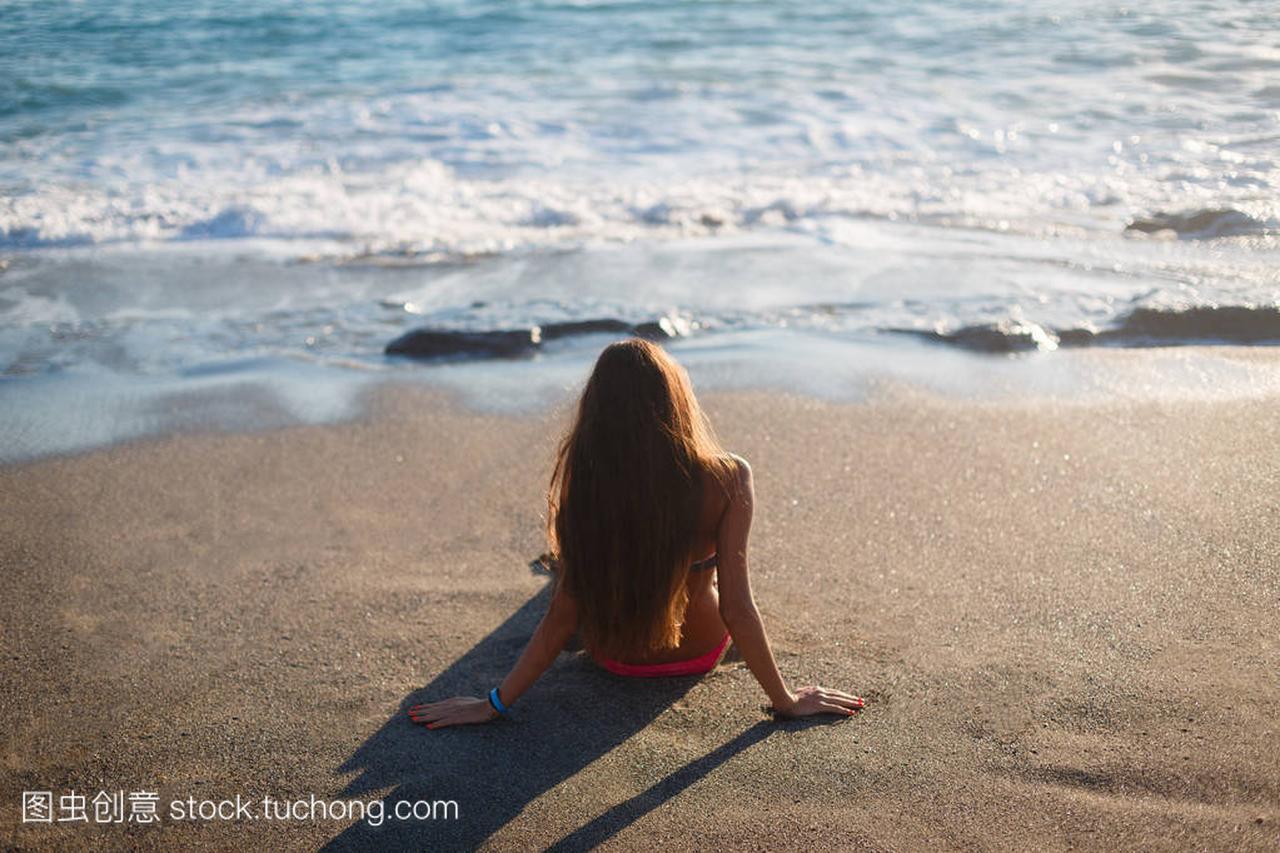 性感的沙滩坐在泳衣上游戏海黄色发性感长头,测女孩首打击韩国图片