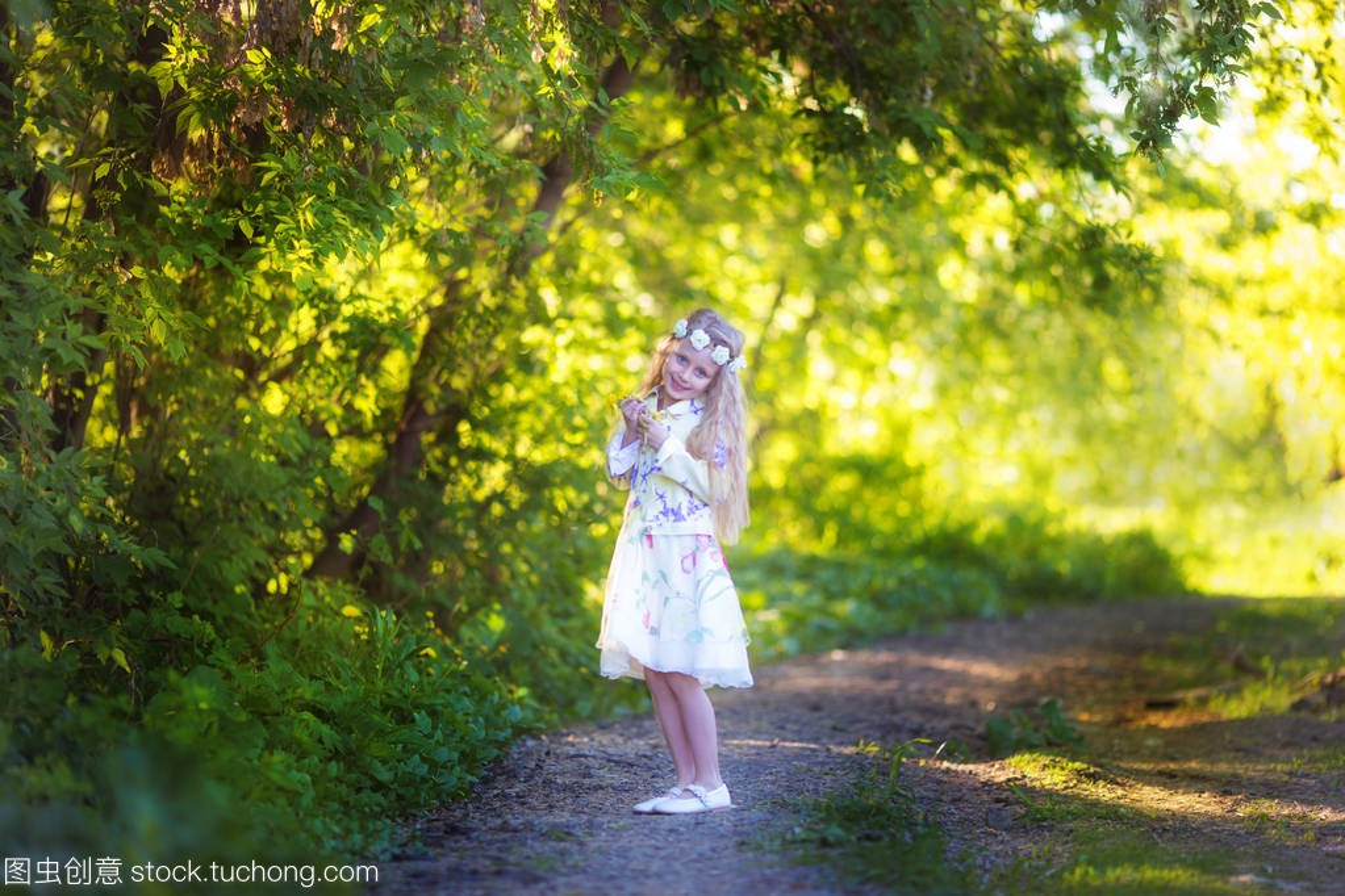 那天阳光明媚的夏天路径中的公园美丽可爱的小女生追没到图片