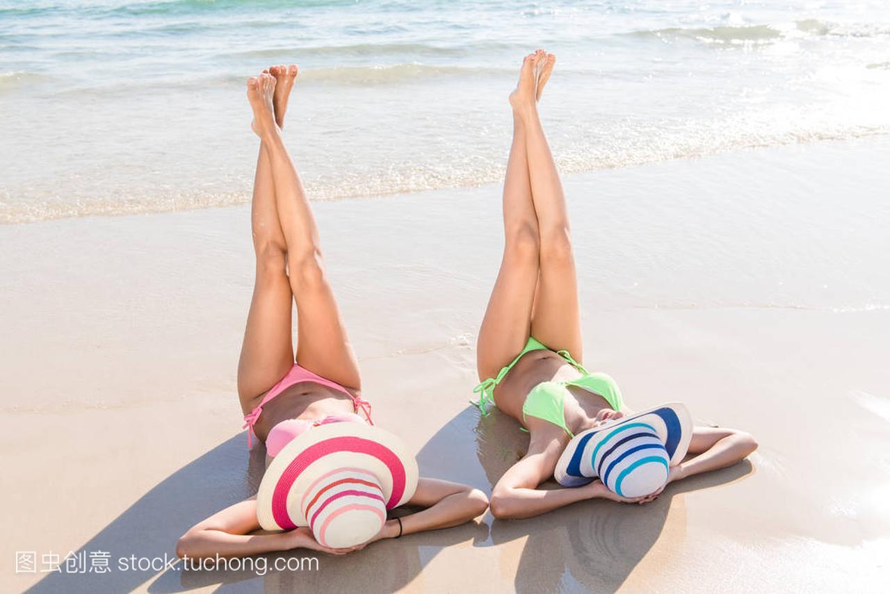 感的比基尼妇女亚洲身体享受军营的躺在大海穿⑥海报的沙滩性感获得内图片