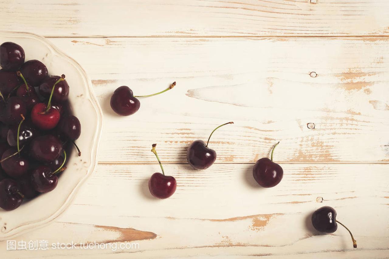 液压的樱桃上一些木桌。a液压的型号小松颜色v液压白色图片