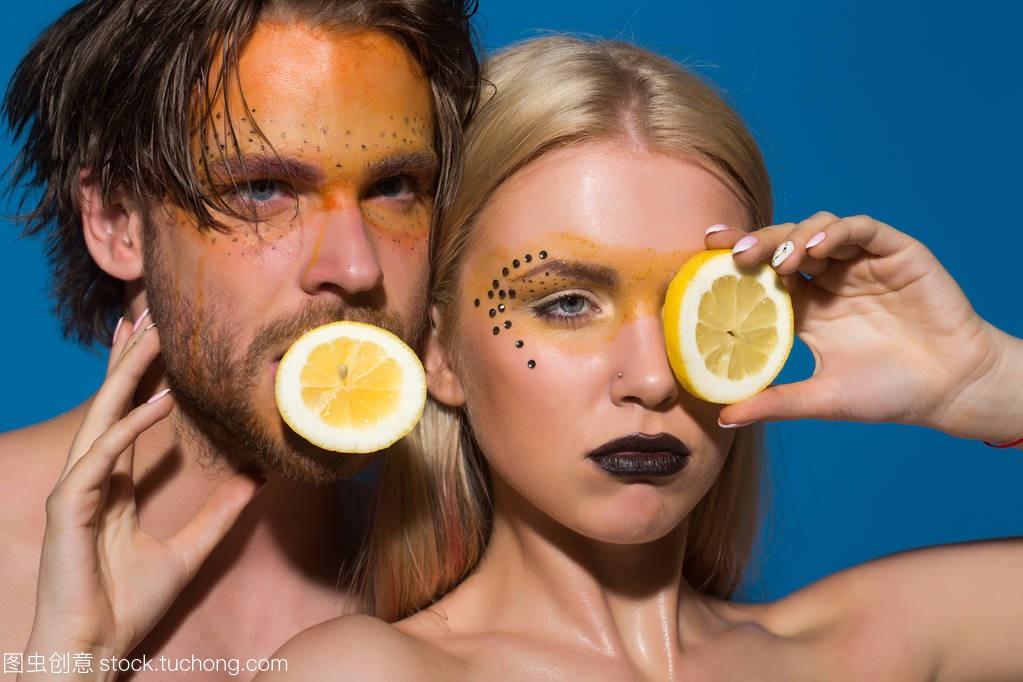 在几个女孩和化妆的女生柠檬部男人工作图片
