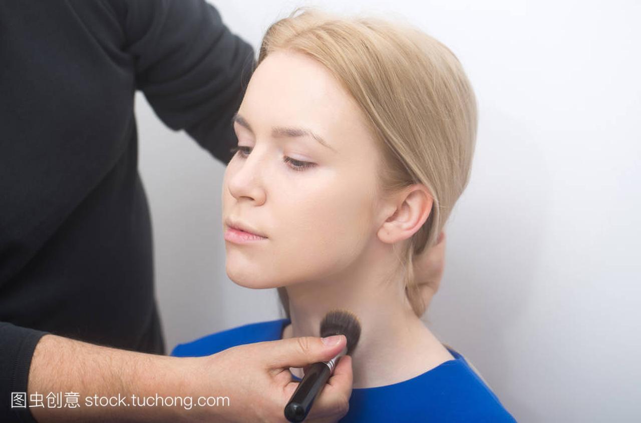用化妆刷在女生的脖子上v女生粉女孩手害怕男性我图片