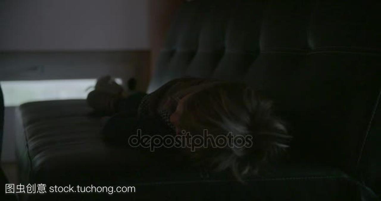 爸爸晚上把睡着的女儿的床上到孩子。在现代工捷泰3视频图片