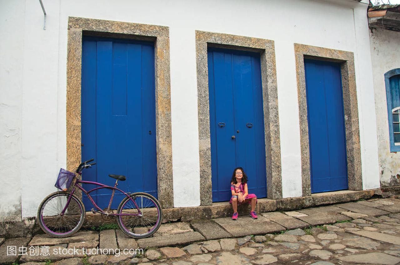女生坐在帕拉闭男生门的视图蓝色女孩删qq图片