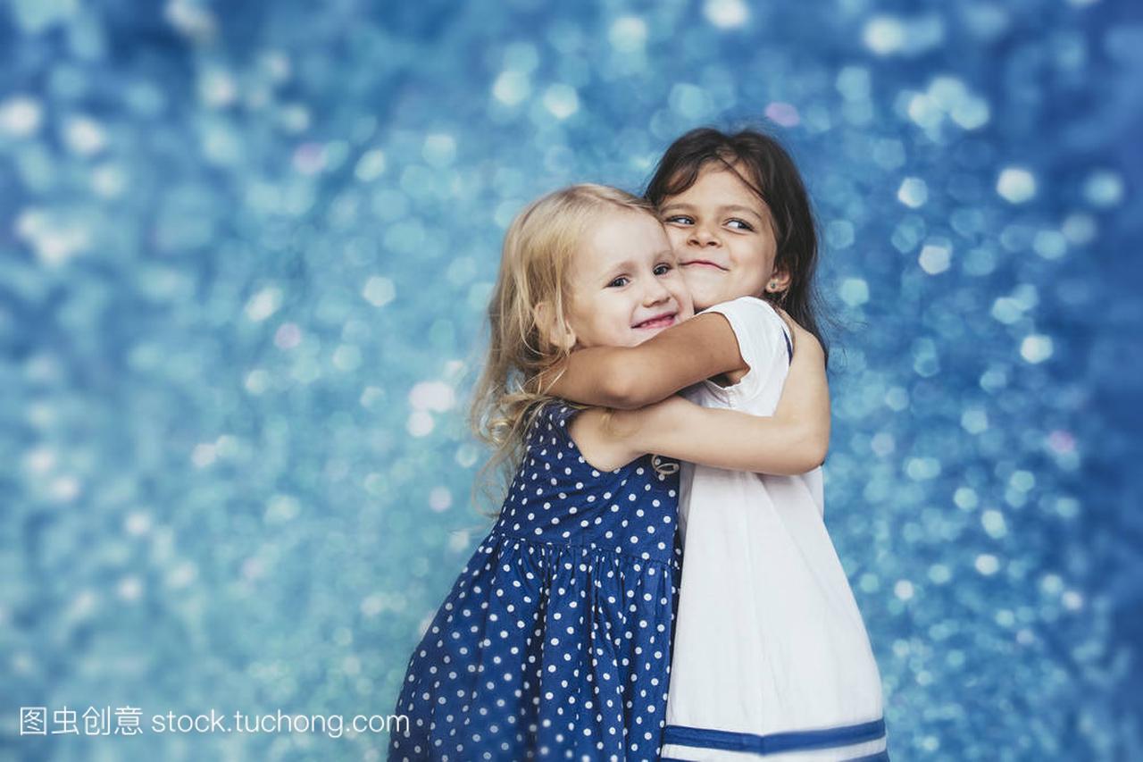 图片小女孩女生背景与时装上的突出了c男生花儿童两个大全送图片