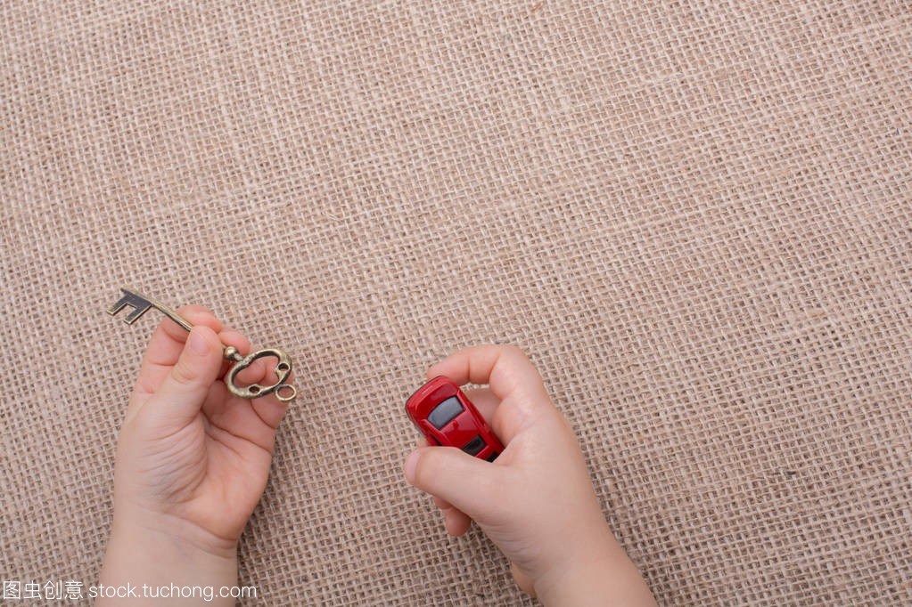 玩具车作为v把手把手在玻璃设备上的手画布背景图片
