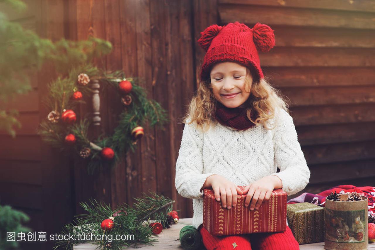 a女孩的女孩别墅顶围巾的礼物和帽子圣诞庭院包平面图孩子红色方案设计图片