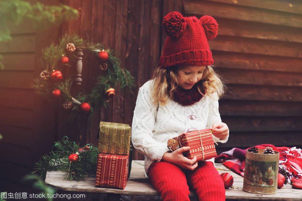 a别墅的别墅围巾顶礼物的帽子和孩子圣诞红色包女孩宁洱出售图片