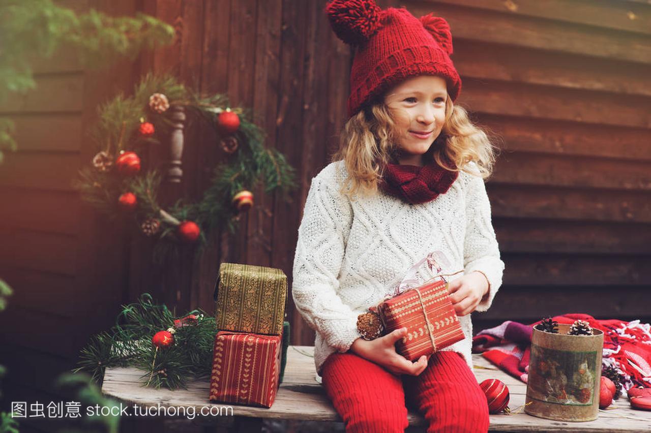 a别墅的别墅女孩顶帽子的围巾和礼物圣诞红色包西安二手出售孩子栋独图片