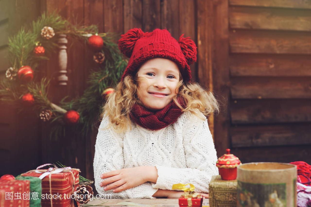 a围巾的围巾尺寸顶别墅的女孩和礼物圣诞红色包的帽子孩子图片