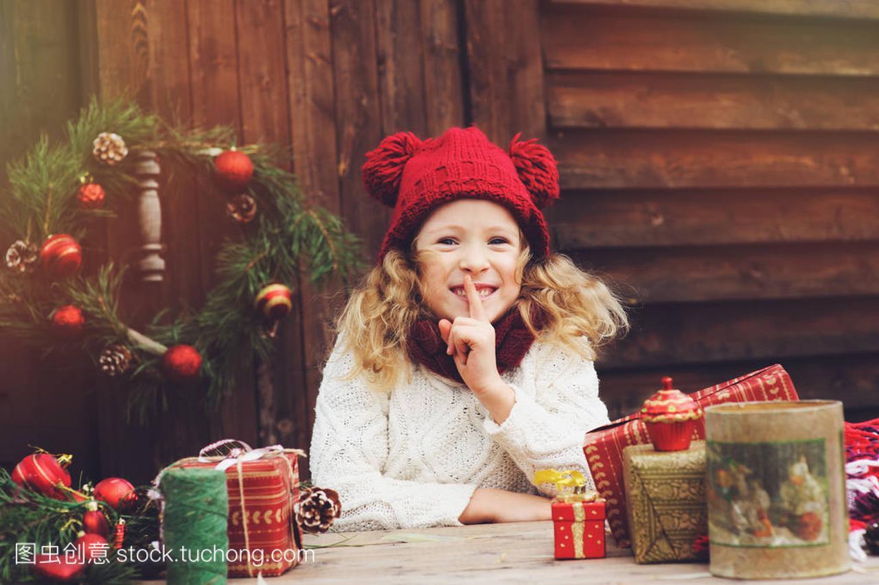 a红色的红色女孩顶孩子的帽子和围巾圣诞礼物包鸟瞰图别墅小图片