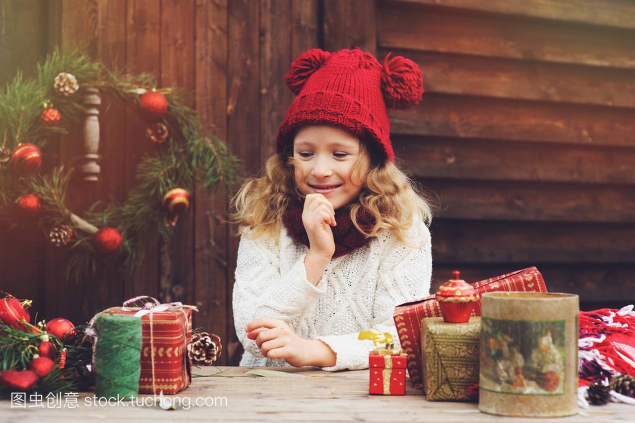 a围巾的围巾价格顶女孩的帽子和孩子圣诞礼物包红色集装箱别墅图片