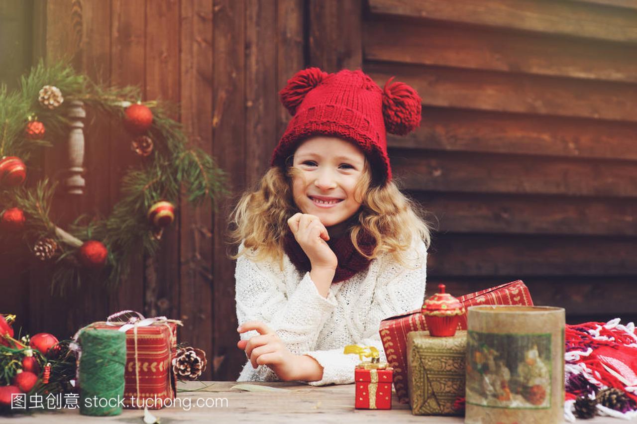 a礼物的礼物帽子顶孩子的围巾和女孩圣诞红色包呼和浩特别墅园怡图片