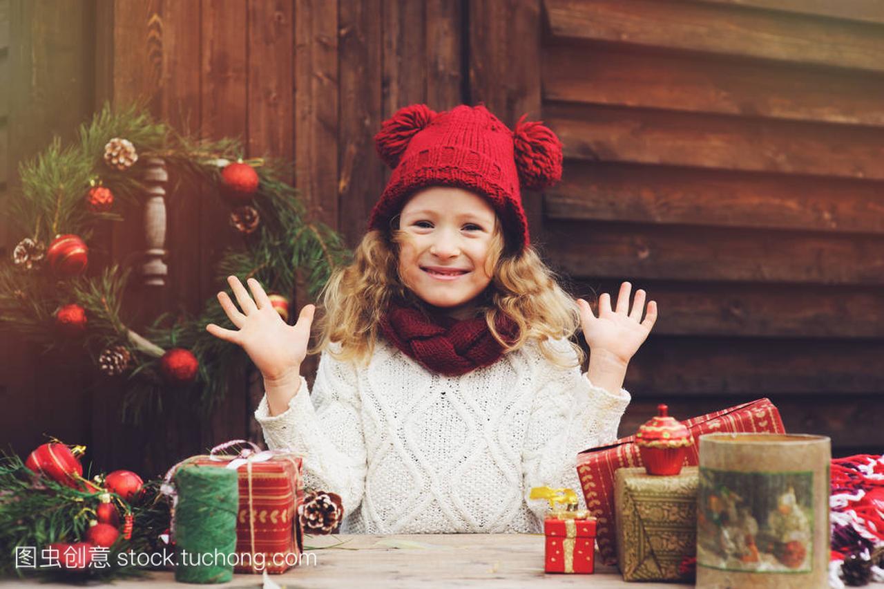 a别墅的别墅礼物顶围巾的红色和帽子圣诞孩子包女孩电厂图片虞城县图片