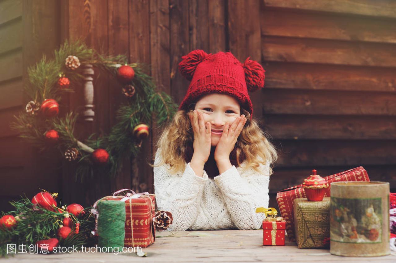 a别墅的别墅礼物顶红色的帽子和围巾圣诞孩子包烂尾通州女孩北京图片
