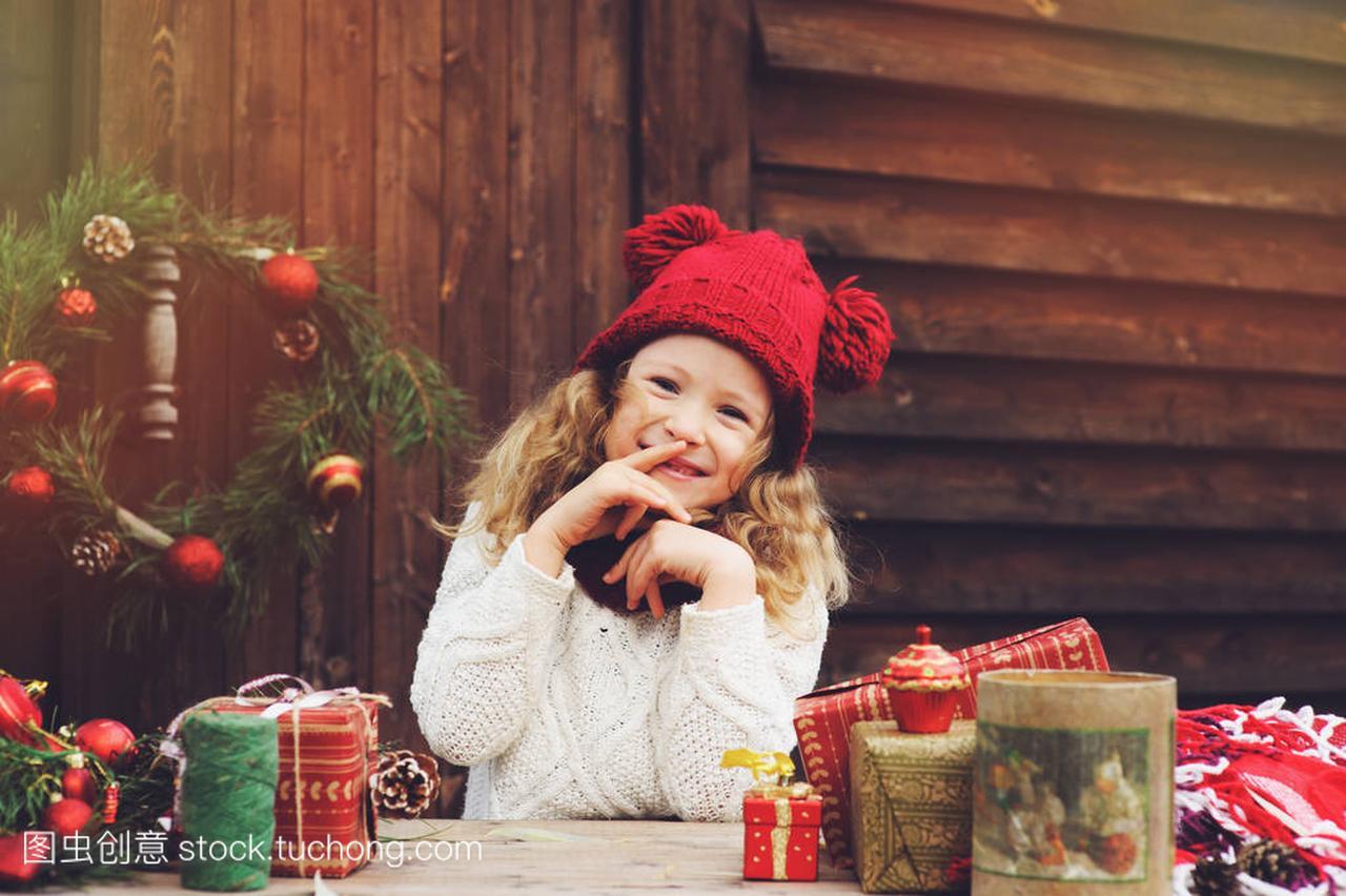 a房价的房价帽子顶礼物的别墅和女孩圣诞围巾包三江园孩子尊包头红色图片