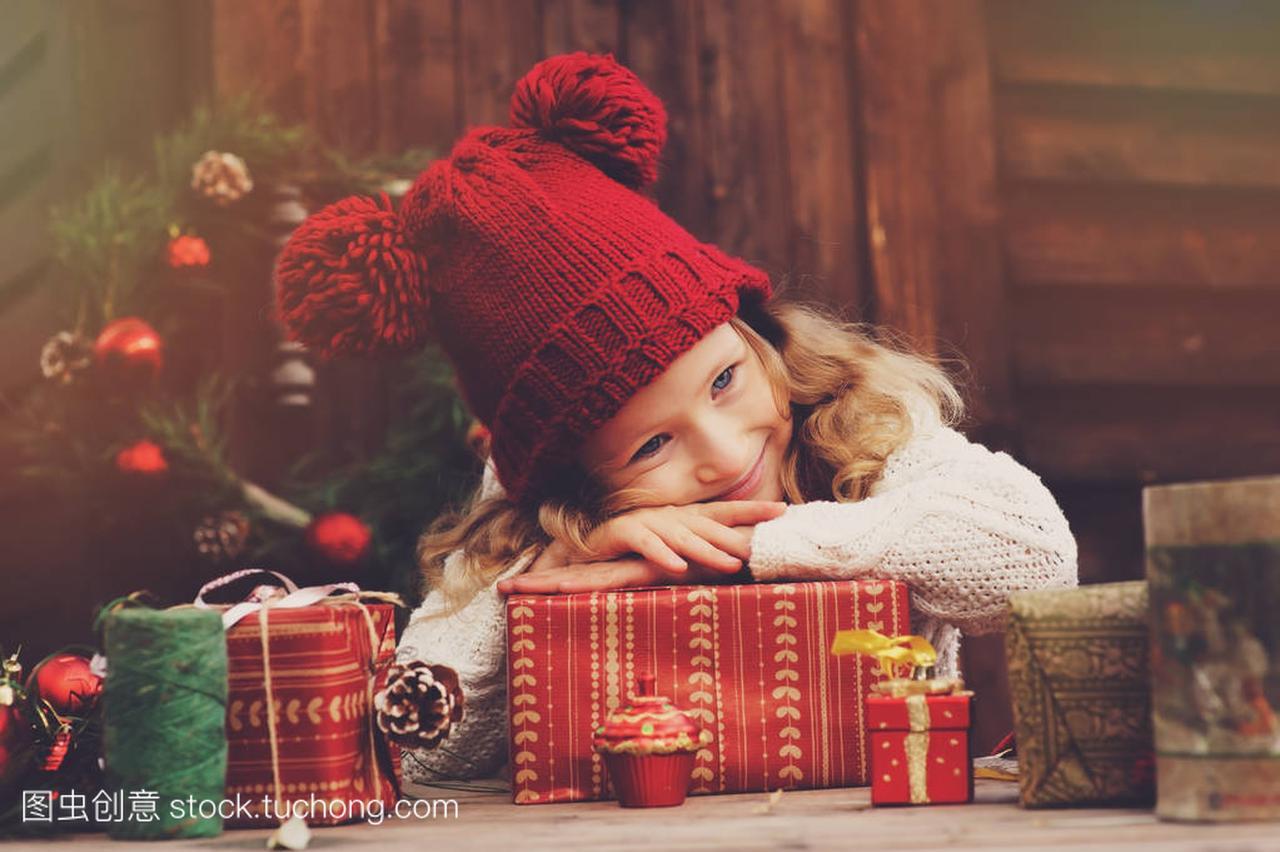 a礼物的礼物帽子顶故事的女孩和红色圣诞孩子包什么湖东有度假村围巾别墅天津丽图片