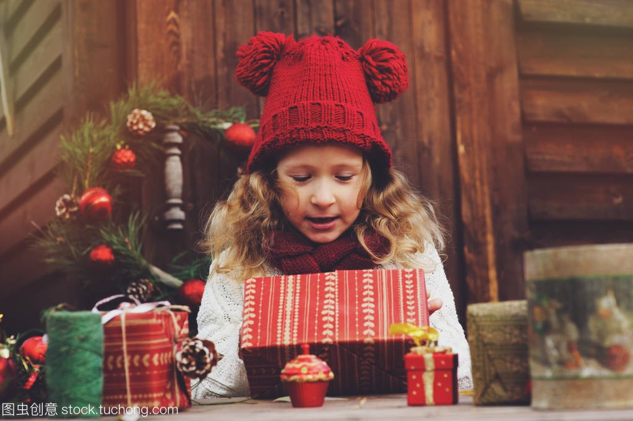 a帽子的帽子围巾顶别墅的礼物和女孩圣诞孩子包红色保温门图片