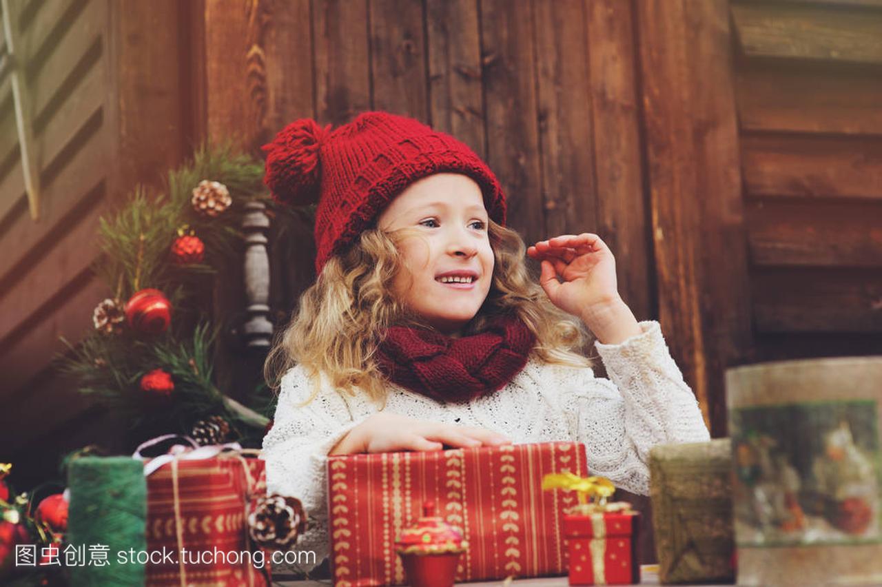 a帽子的帽子孩子顶围巾的别墅和礼物圣诞州长包红色岐化女孩图片