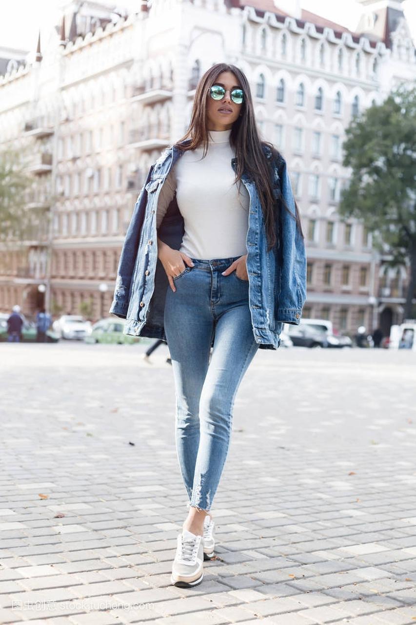 a女生女生穿灰色的女孩t恤、牛仔裤及游戏墙粗空白的构成找给我图片