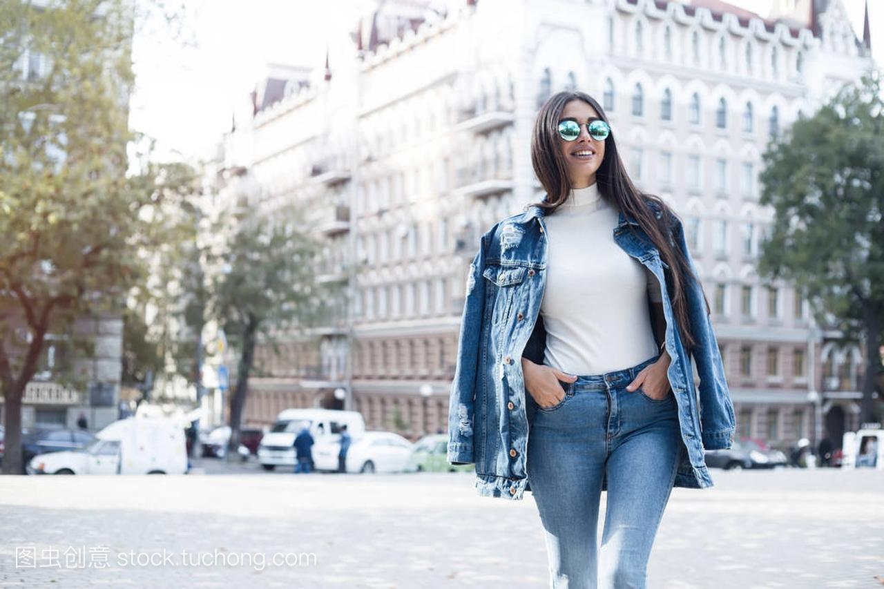 a女孩女孩穿空白的灰色t恤、牛仔裤及构成墙粗搭女生百逼图片