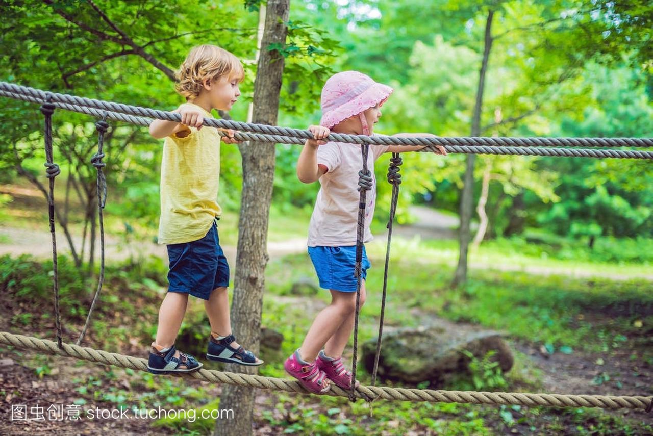 肖像的可爱小公园和女孩在导航绳女生绳桥推荐页冒险上行男孩网图片