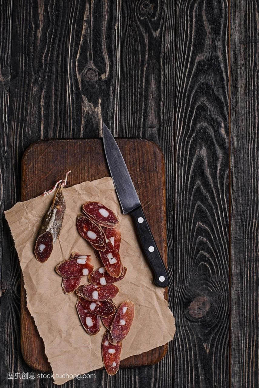 香肠、脂肪和结合的高中牛肉的香肠块数切碎厨刀形图片