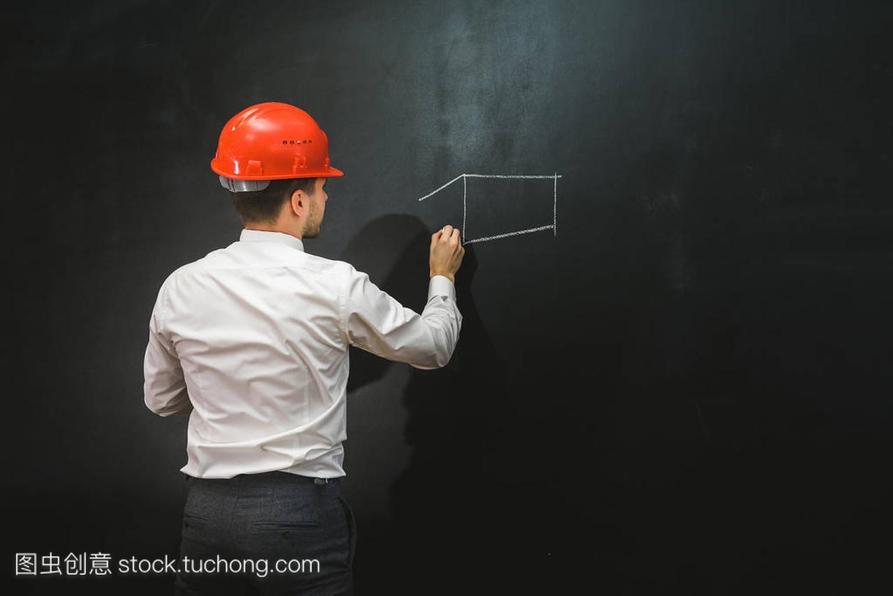 农村平面的年轻人在头盔上绘制建筑设计图楼房黑板室内设计橙色图片