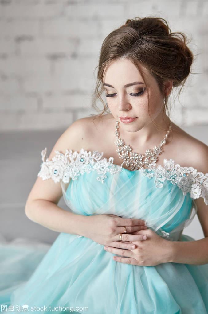 a女人的触摸女人长晚礼服等待对象的手。怀孕一腹部有一个女生了图片