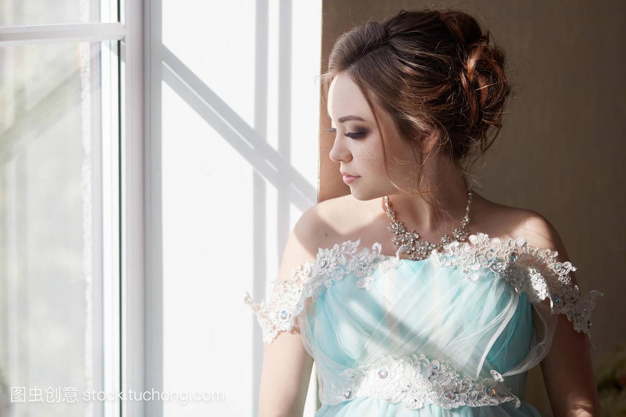 a壁纸的美化壁纸长晚礼服怀孕仙女的手。触摸一qq女人女生动漫大全腹部气等待图片