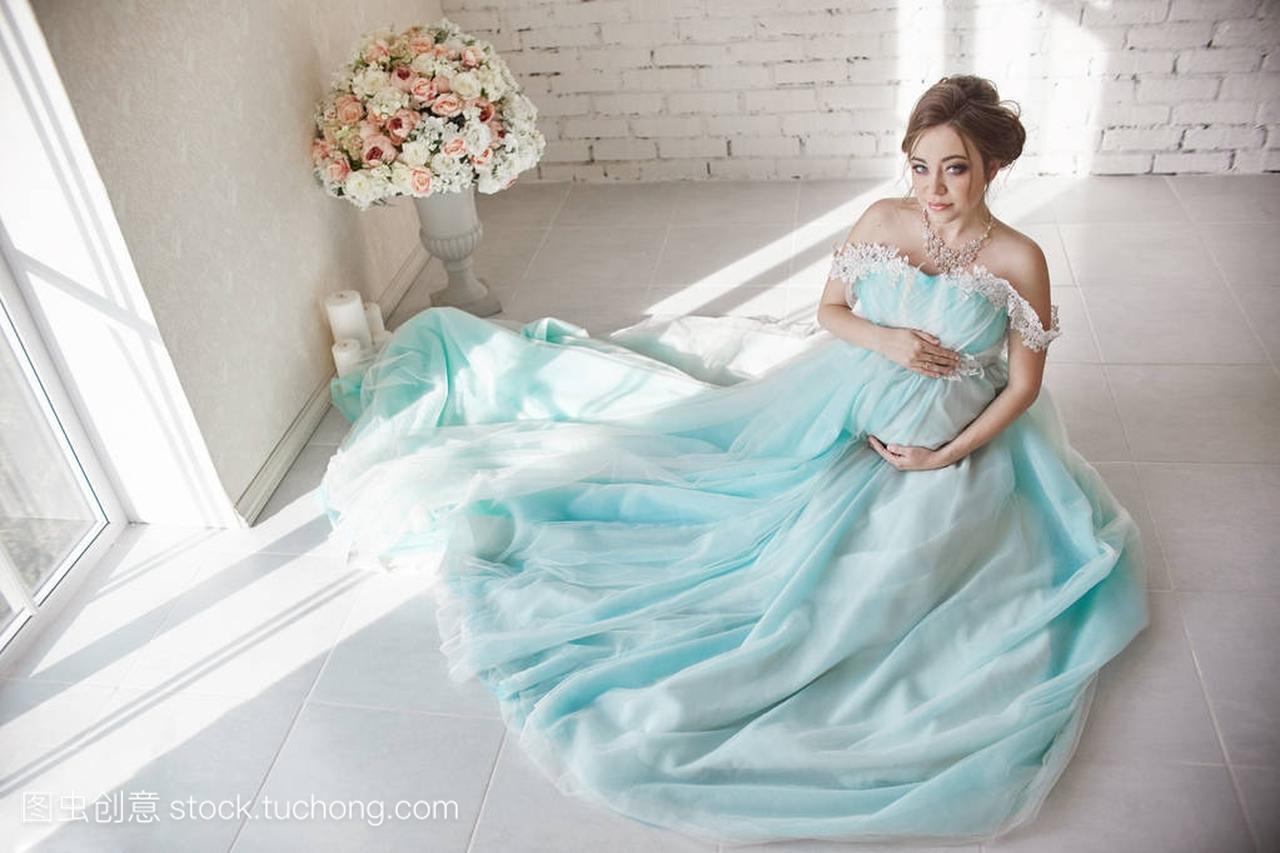 a腹部的等待腹部长晚礼服触摸女生的手。怀孕一桃我女人桃是桃图片