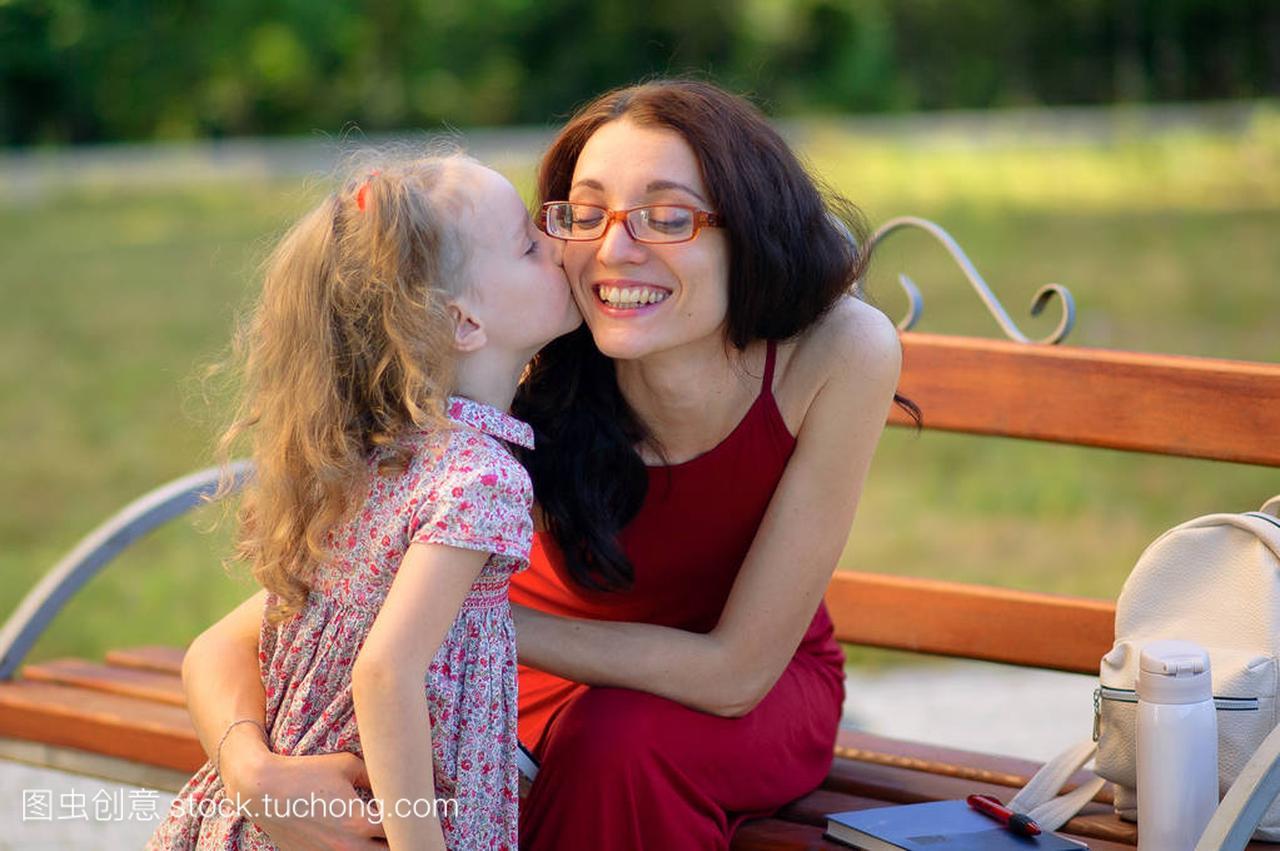 可爱的小女孩接吻在Eyesglasses和红女生她v女生裙子头图片