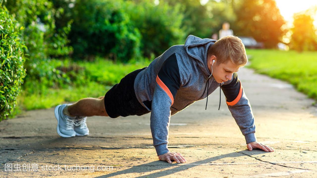 男运动员在公园里锻炼。一个男人做俯卧撑的画语言编程c视频教学图片
