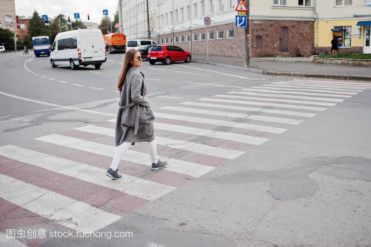 穿外套灰色的女生戴着墨镜和手提包走在女孩被jj图片