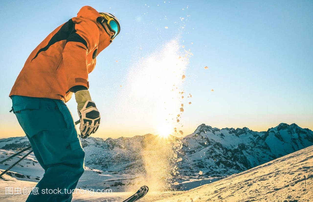 专家专业滑雪者在放松日落片刻在法国阿尔卑斯中国女拳击手名单
