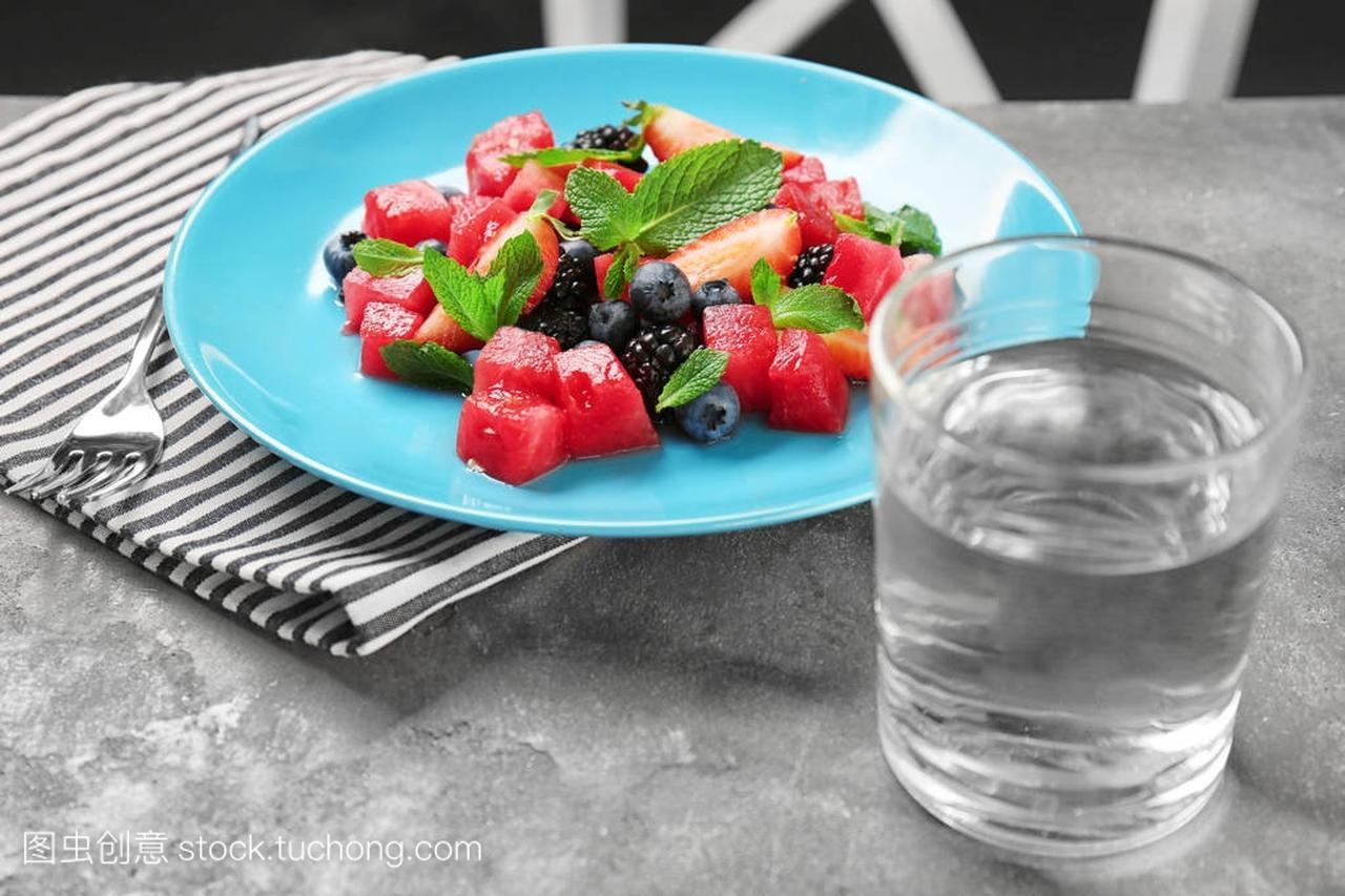 沙拉里有西瓜的盘子杯水和一美食券美客怎么美味团领取新图片