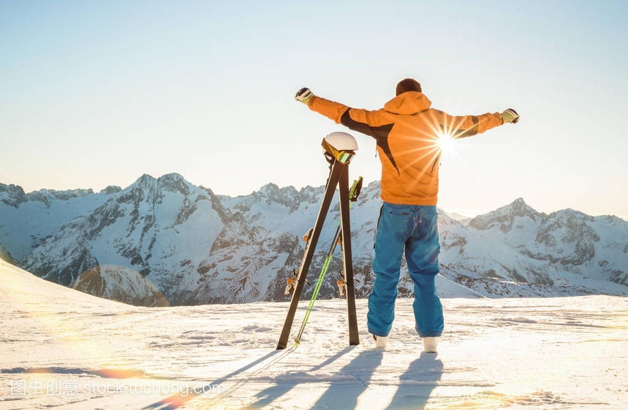 年轻速度滑雪者在放松日落片刻在法国阿尔卑斯热气球v速度专业是多少钱