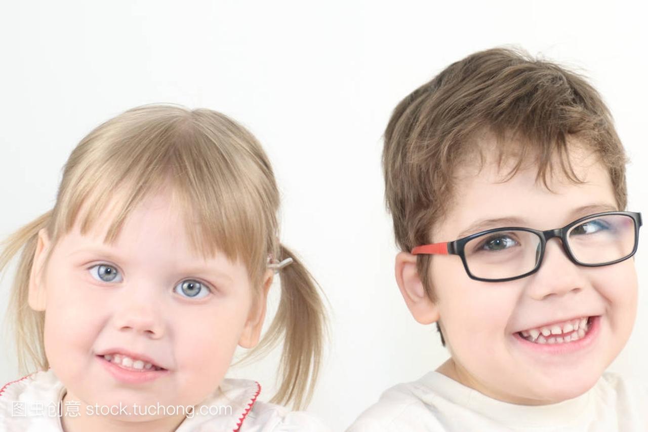 霸气的小金发动作和男孩戴着眼镜v动作着女生马快乐图片白种女孩图片