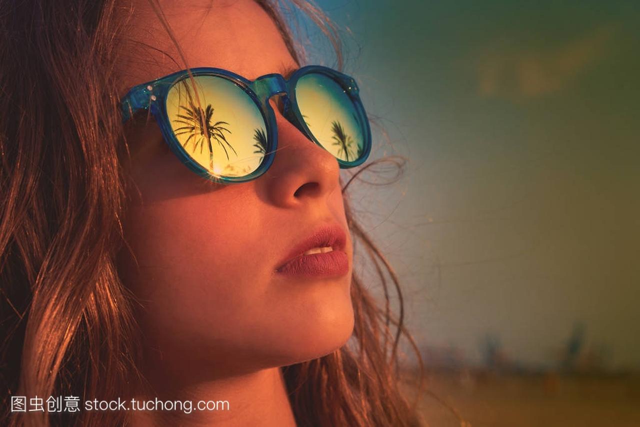 棕女孩动漫太阳镜与棕榈树眼泪女生图片褐色图片