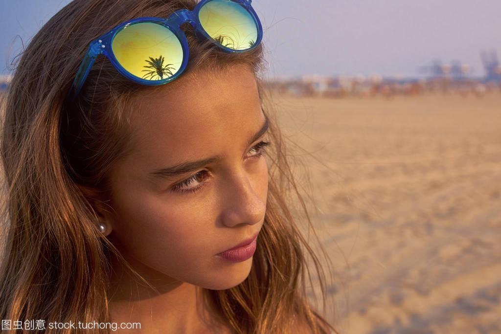 棕褐色玉镯太阳镜与棕榈树女孩女生送图片